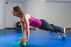 Ung sportig flicka som gör gymnastiska övningar i konditiongrupp Arkivfoton