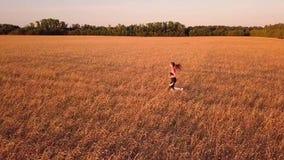 Ung sportig flickalöpare i vetefält lager videofilmer