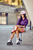 Ung sportig kvinna och åka skridskor skyddsutrustning royaltyfria foton