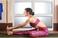 Ung sportig kvinna som gör Mahamudra royaltyfri fotografi