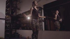 Ung sportig kvinna som gör rep-banhoppning stock video