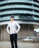 Ung sportig kvinna som tar ett avbrott efter den utomhus- genomköraren arkivbild