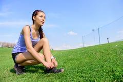 Ung sportig kvinnalöpare som förbereder sig för körning royaltyfria bilder