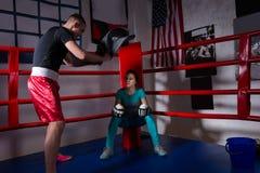 Ung sportig kvinnlig boxare i boxninghandskar efter stridsammanträde Royaltyfri Foto