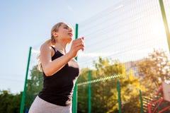 Ung sportive kvinnaidrottsman nenspring på sportsground i sommar Rusta utomhus sund livstid långt arkivfoton