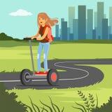Ung sportive kvinnaridning på den segway sparkcykeln på stadsbakgrund, för hjulmedel för elkraft två illustration för vektor royaltyfri illustrationer