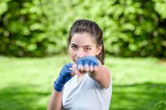 Ung sportkvinna i parkera Arkivfoto