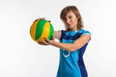 Ung sportkvinna med den isolerade volleybollbollen Royaltyfri Foto