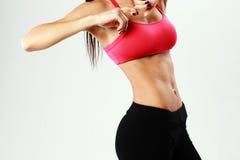 Ung sportkvinna med den perfekta konditionkroppen Royaltyfria Bilder