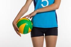 Ung sportkvinna med volleybollbollen Arkivbilder