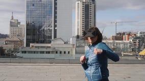Ung sportkvinnagamer som bär ökade verklighetexponeringsglas som boxas spela mobilen app, kvinnlig för handlingsimulatorlek stock video
