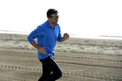 Ung sportman som bara kör på ökenstranden längs genomköraren för utbildning för havskust Royaltyfria Bilder