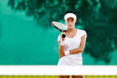 Ung sportswoman med racket på tennisbanan Royaltyfri Fotografi