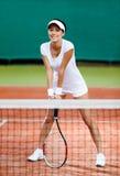 Ung sportswoman på tennisbanan Arkivbild