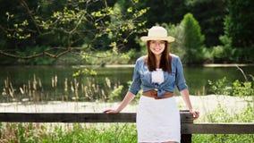 Ung stående för amerikancowgirlkvinna utomhus lager videofilmer