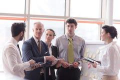 Ung startup affärsmandanandepresentation till den höga investioen Arkivfoto