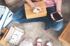 Ung startup entreprenörsmå och medelstora företagägare som hemma arbetar, Arkivfoto