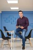 Ung startup stående för affärsman på det moderna kontoret Arkivfoton