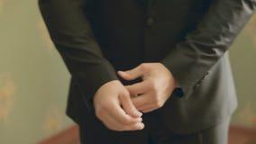 Ung stilfull brudgum, innan att gifta sig stock video