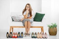 Ung stilfull flicka och många skor Begreppsmode, shopping, kläder, livsstil, köpcentrum royaltyfria bilder
