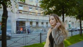 Ung stilfull hipsterkvinna som går på gatan på gränden Stad och trafik stock video