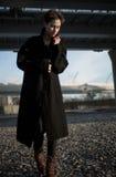 Ung stilfull kvinna som går i stads- gata Royaltyfria Foton