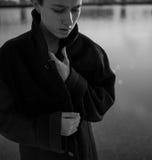 Ung stilfull kvinna som går i stads- gata Arkivbilder