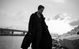 Ung stilfull kvinna som går i stads- gata royaltyfri bild