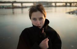Ung stilfull kvinna som går i stads- gata Royaltyfria Bilder