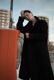 Ung stilfull kvinna som går i stads- gata royaltyfri foto