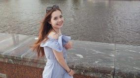 Ung stilfull kvinna som går på stranden i staden lager videofilmer