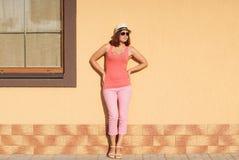Ung stilfull kvinna som poserar mot väggen Royaltyfri Fotografi
