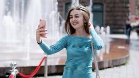 Ung stilfull kvinnlig blogger som filmar videoen för online-bloggen, vlog, pratstund för levande video lager videofilmer