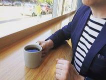 Ung stilfull professionell som dricker kaffe i ett kafé royaltyfria foton