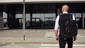 Ung stilfull skallig affärsman som går till affärsmitten, flygplats, kontor Begrepp: en ny affär som reser världen arkivfilmer