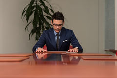 Ung stilig affärsman In Blue Suit Fotografering för Bildbyråer