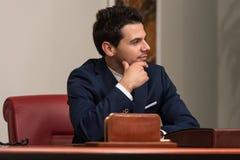 Ung stilig affärsman In Blue Suit Arkivfoto