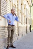 Ung stilig affärsman som framme står av byggnaden och arkivfoton