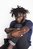 Ung stilig afro amerikansk man, genomträngande blick, ogräs Fotografering för Bildbyråer