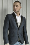 Ung stilig caucasian man i ett ljus - grå färgsjal som är shwal Royaltyfria Foton