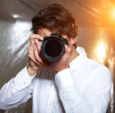 Ung stilig fotograf fotografering för bildbyråer