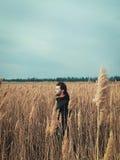 Ung stilig grabb i ett fält Fotografering för Bildbyråer