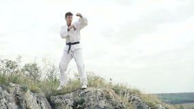 Ung stilig idrottsman som övar på vagga stock video