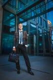 Ung stilig lyckad stilfull affärsman som står nära modernt kontor Royaltyfri Fotografi