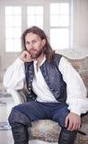 Ung stilig man i medeltida kläder Royaltyfri Foto