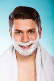 Ung stilig man med att raka kräm- skum royaltyfri bild