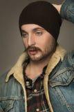 Ung stilig man med ett skägg och en mustasch Royaltyfri Foto