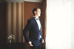 Ung stilig man som kopplar av på hans lägenhet i ett hotell efter affärsmöte royaltyfri fotografi