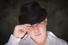 Ung stilig man som slitage den svarta hatten. Royaltyfri Fotografi