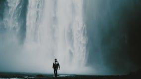 Ung stilig man som tar foto på smartphonen av berömd sikt i Island Manligt gå nära den Gljufrabui vattenfallet arkivfilmer